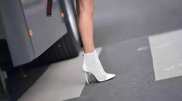 时髦办 | 100张街拍告诉你,现在最适合穿着短靴露大白腿了!
